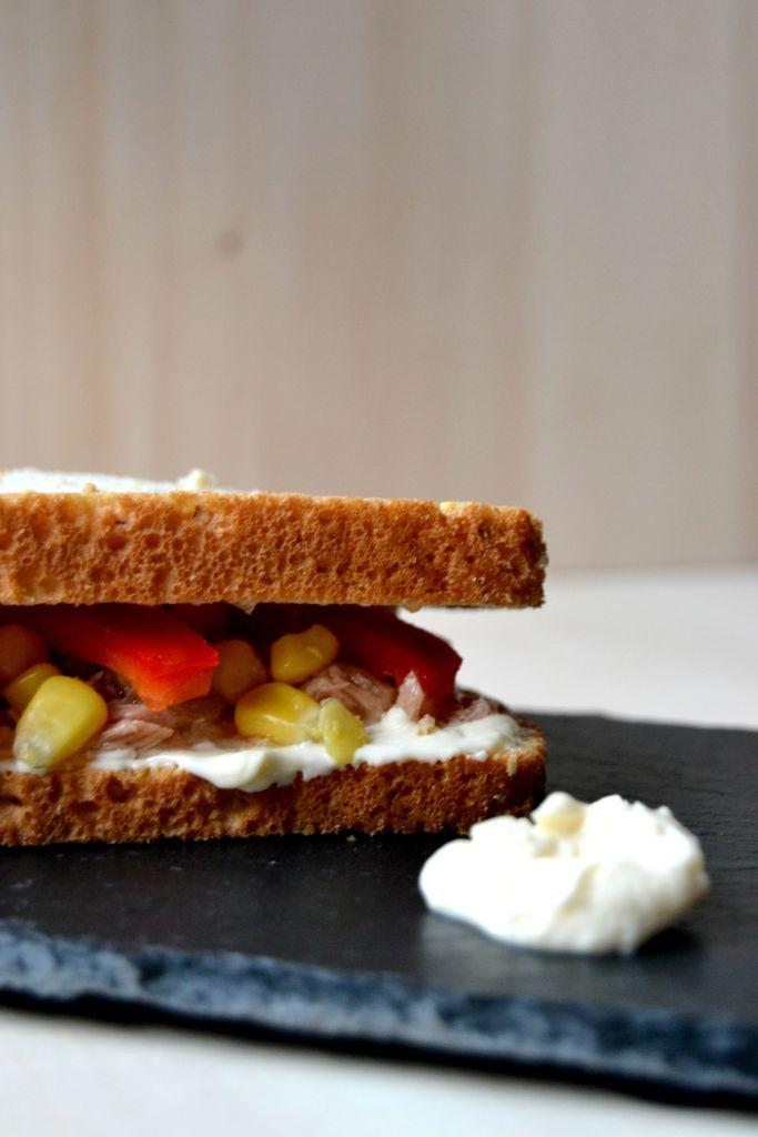 Sandwich de atún, maíz dulce, pimiento rojo y mahonesa